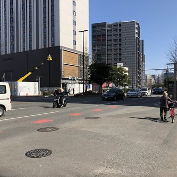 目の前の通りは結構交通量あります。バスもたくさん通っているので活用しましょう!