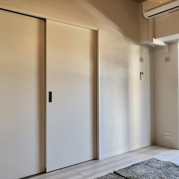 お隣の洋室とは引き戸で仕切られています。閉めるとしっかり個室感でますね。(※写真の小物等は見本です)