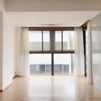 リビングダイニングは突き当たりに大きな窓があり開放的〜!!
