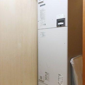 給湯機だけ置いている小さな部屋があります。