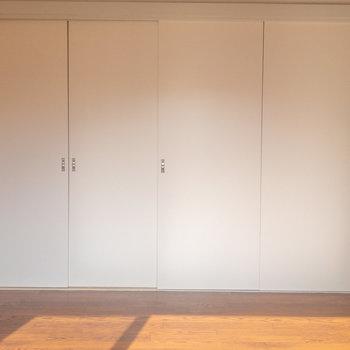 【洋室6帖】隣室と隔てる扉は引き戸、最大半分まで開放されます。