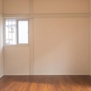 【洋室6帖】東面にも窓があります。