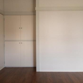 【洋室5.5帖】こちらの押入は壁三分の一ほど。