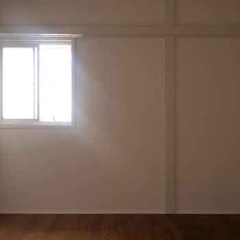 【洋室5.5帖】こちらのお部屋の東面にも。