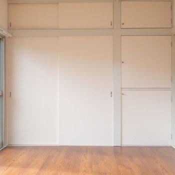 【洋室6帖】西面には壁一面の押入れ。