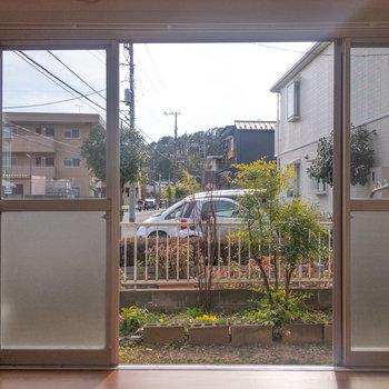 【洋室6帖】テラスがまるっと見える広い窓です。