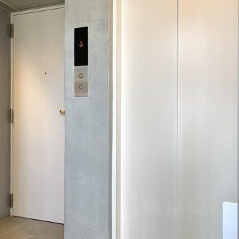 エレベーターのお隣がお部屋です。