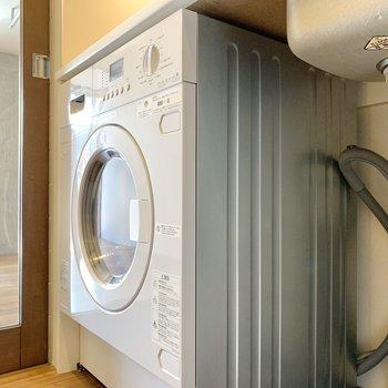 キッチン下に洗濯機があります。背中側が浴室なので動線が良好です。