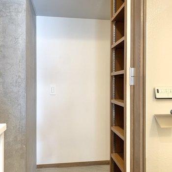 浴室を出てすぐ隣は玄関。右側のシューズボックスは高さが調節可能です。
