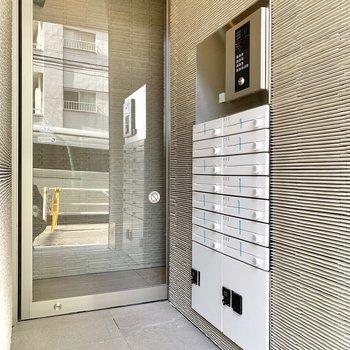 オートロック外にメール・宅配ボックスがあります。