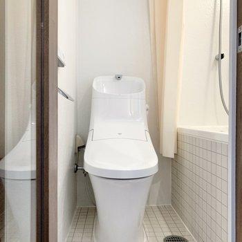 浴室の扉を開けると正面は温水洗浄機能付きのトイレでした。