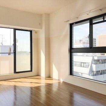 洋室②】角のお部屋は二つの大きな窓に囲まれ、気分爽快です〜!!※写真は前回募集時のもの