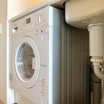 キッチン足元に洗濯機があります。