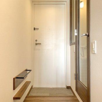 お次は玄関。レベル差の少ない空間になっています。