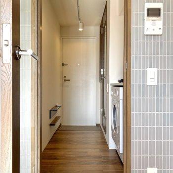 梯子をつたって下に行き、扉を開けてキッチンへ。