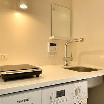作業スペースが広めになっています。鏡があるので洗面スペースとしても◎