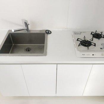キッチンはガスコンロ2口付き!四角いシンクがかっこいい。