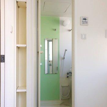 この棚は入浴剤や洗剤を置くのに便利ですね◯