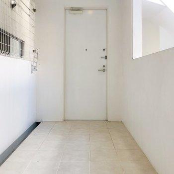 渡り廊下のような、ベランダのようなスペース。