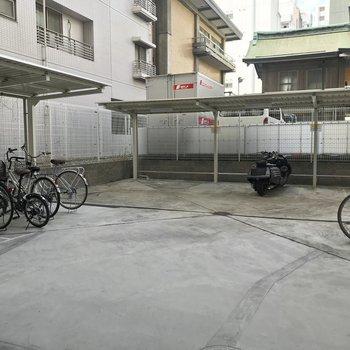 屋外にも駐輪場と、バイク置き場も。