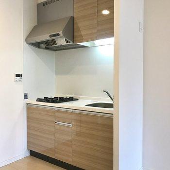 ひとり用のシステムキッチン。右手に冷蔵庫を置けそうです。(※写真は7階の同間取り別部屋のものです)