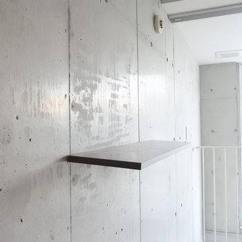 壁には好きな位置に棚を付けることが出来ます!