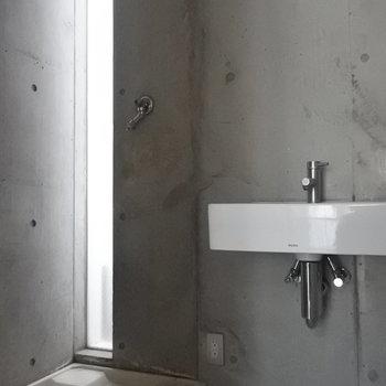 洗面と洗濯パン・トイレは同室ですね。