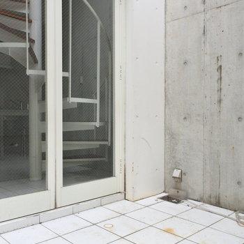 玄関には広めのポーチ。事務所利用も可能なのでいいですね。
