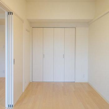 寝室は縦長タイプ(※写真は5階の同間取り別部屋のものです)