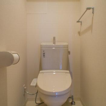 トイレはもちろんウォシュレット付き(※写真は5階の同間取り別部屋のものです)