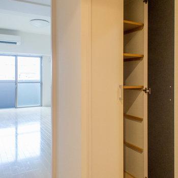 廊下にも大容量の収納スペース(※写真は5階の同間取り別部屋のものです)