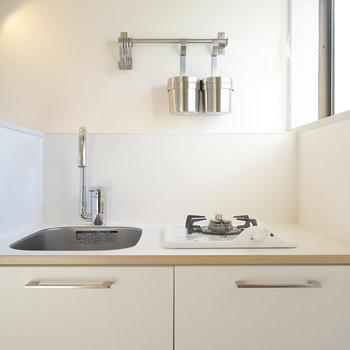 キッチンは1口ガスです。※写真は反転間取り別部屋の写真