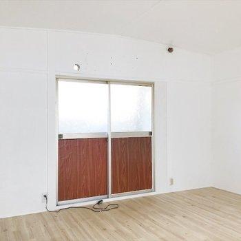 二階は明るくて、倉庫カフェみたい!
