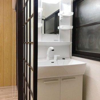 独立洗面台はふすまで隠れています◎