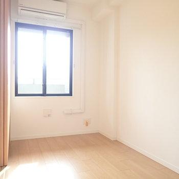 小さな寝室。扉を開けて眠ってもよさそう。