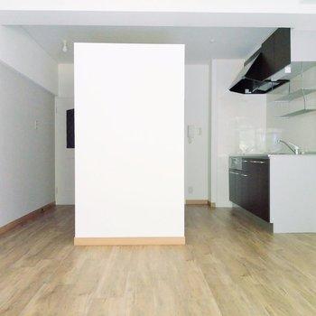 玄関から入ってキッチンが見えないので、すっきりと感じます。