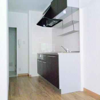 シックなブラウンのキッチン。横に冷蔵庫置けそうです。