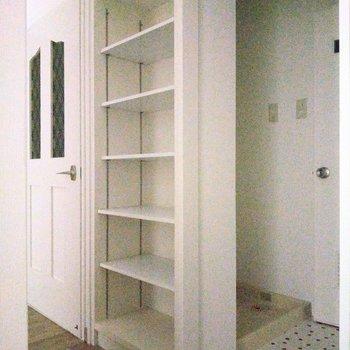 脱衣所前の壁に収納棚。魅せる収納にしてもいいね。