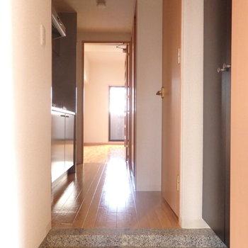 玄関も清潔感があります。(※写真は2階反転間取り別部屋のものです)