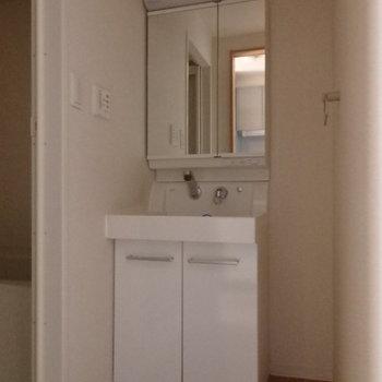 独立洗面ピカピカ(※写真は2階反転間取り別部屋のものです)