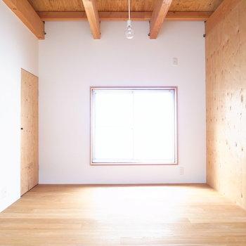 【2F洋室(階段隣)】階段を上がると洋室です。土間が落ち着いたグレーだったのに対し、こちらは白!