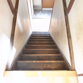 階段は当時からあるものをそのまま利用しています。古さと、すこし傾斜もあるので慎重に……。