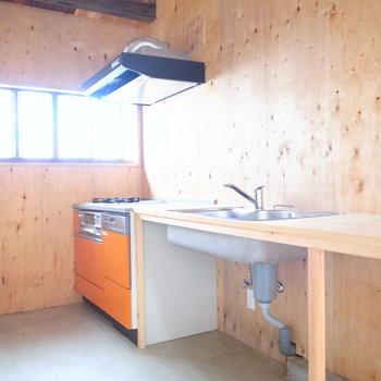 【1F土間】キッチンは、文字通りナチュラルな空間でひときわ目立つオレンジ色。