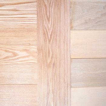 【2F】壁などの木材はすべて無垢。しかもよく見てみると、お部屋ごとに床のデザインが違いました!このこだわりにはびっくり。