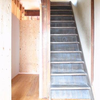 それでは今度は、居住スペースの玄関をがちゃり。右手に階段、左奥にとびらがあります。