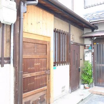 【共用部】左がワークスペース、右が居住スペースの玄関です。写真右はじに写っている玄関はお隣さん。