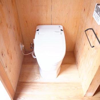 【1Fサニタリー】トイレも温水洗浄便座つき。左隣はお風呂です。