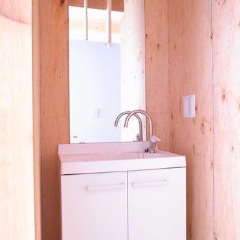 【1Fサニタリー】シンプルな洗面台がよく似合っています。