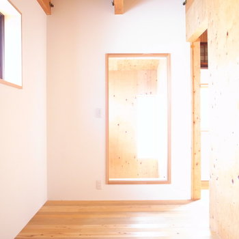【2F洋室(奥)】こちらは寝室として!ガラス向こうの吹き抜けからも光がよく入ってきます!