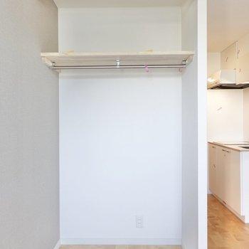 クローゼットはオープンですが、カーテンを設置することもできます。